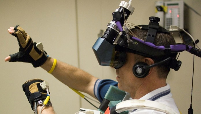 STS-118 DAVE WILLIAMS TRAINS WITH VIRTUAL REALITY HARDWARE