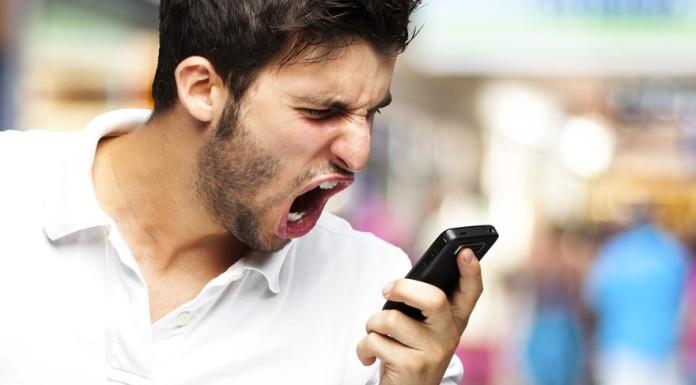 Ragazzo arrabbiato cellulare