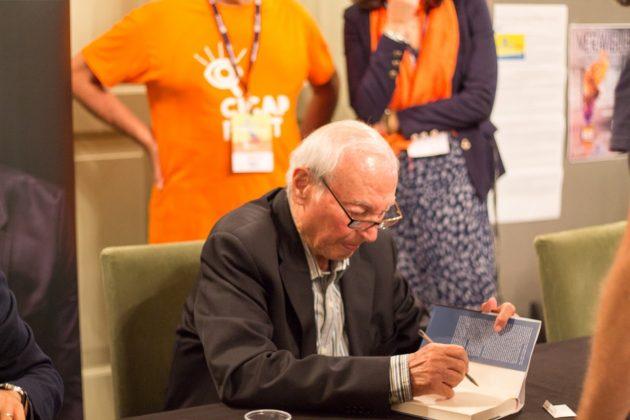 Piero Angela durante il firma-copie