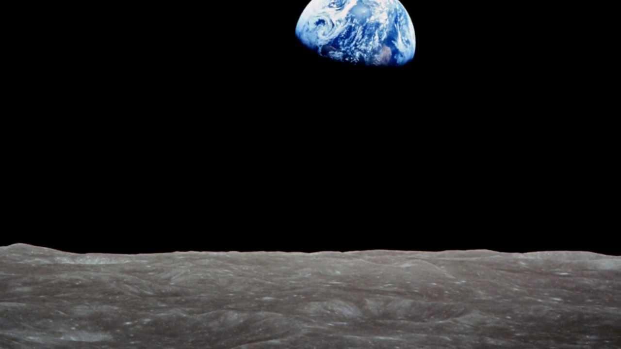 Storica foto della Terra dal suolo lunare