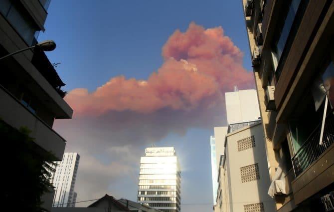 La nube di fumo rossastra derivante dalle esplosioni
