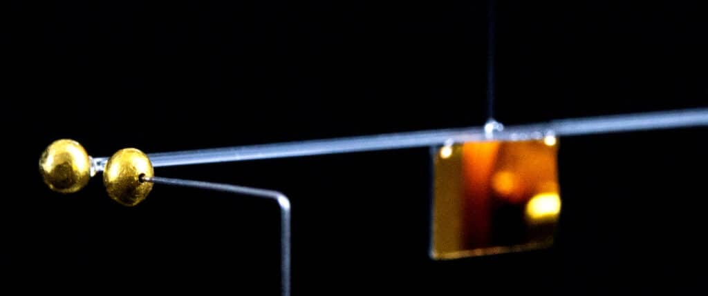 Pendolo torsionale e sfere di oro usate dal team di ricerca dell'Università di Vienna. Credit: Tobias Westphal, University of Vienna