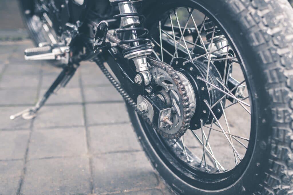 foto in bianco e nero della ruota posteriore di una motocicletta