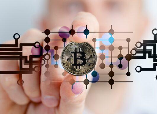 """Investitori """"balena"""" svendono Bitcoin: ecco come può naufragare il BTC"""