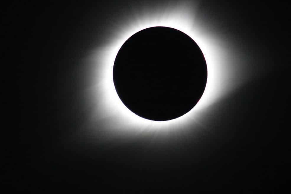 Fenomeno di eclissi solare totale del 21 Agosto 2017 osservato dall'Oregon. Ciò che conosciamo circa la corona solare è strettamente collegato alla storia delle eclissi solari. Crediti: NASA's Goddard Space Flight Center/Gopalswamy