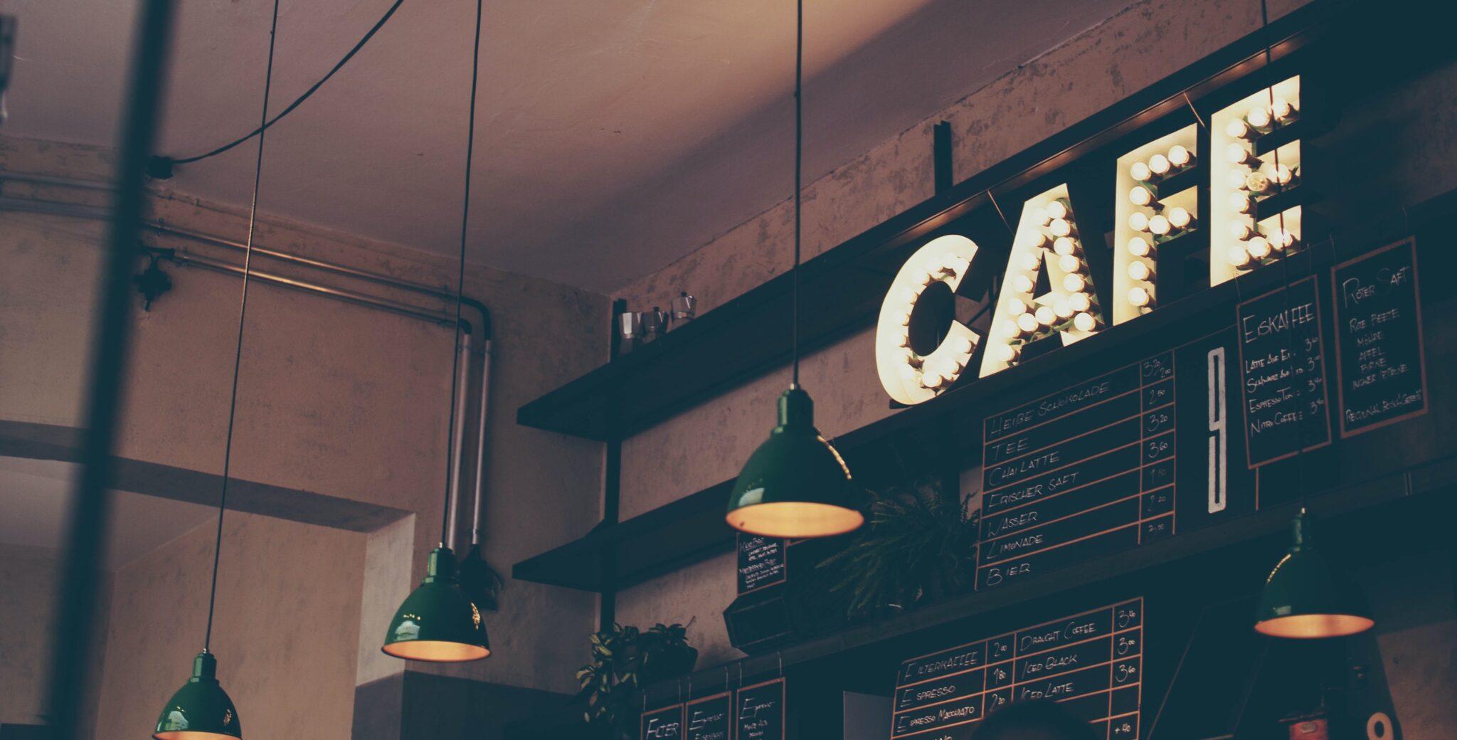 scritta led CAFE di un bar cittadino