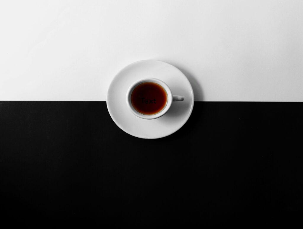 tazzina di caffè su sfondo bianco e nero