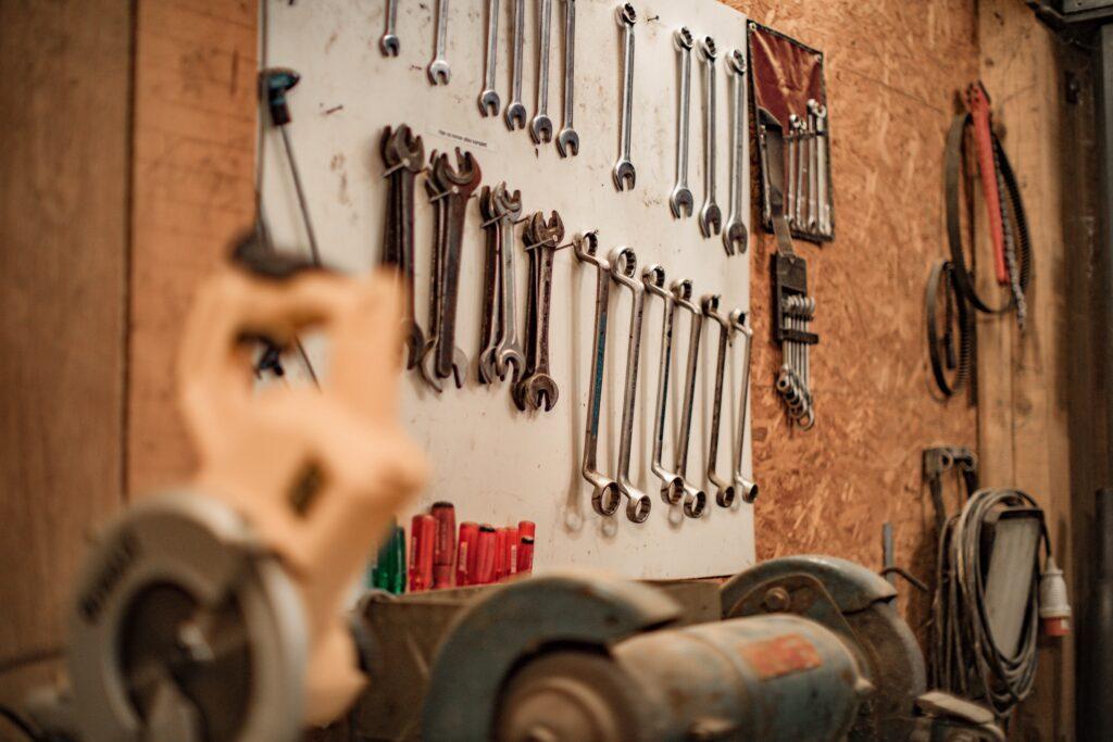 foto di un muro d'officina con un set di attrezzi appesi
