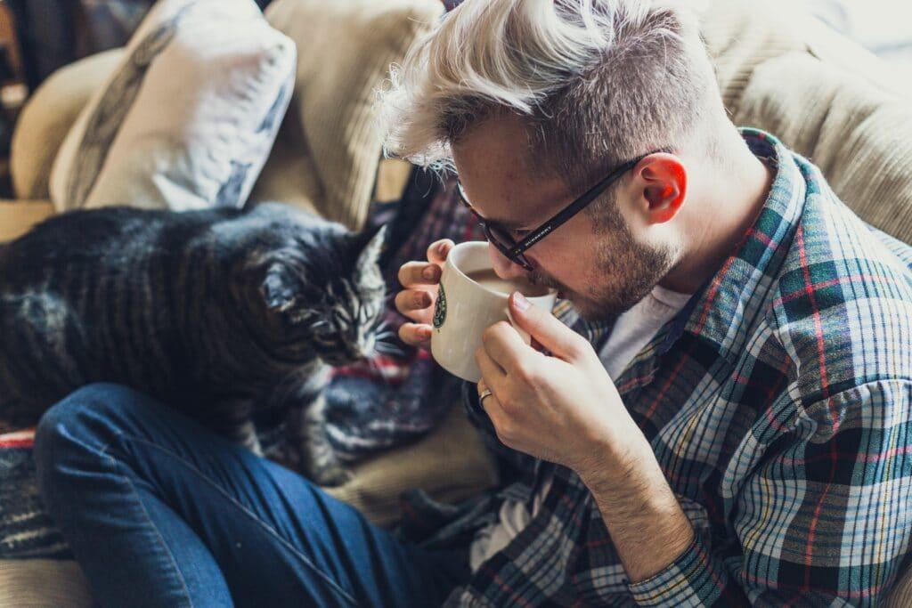 ragazzo che beve caffè sul divano