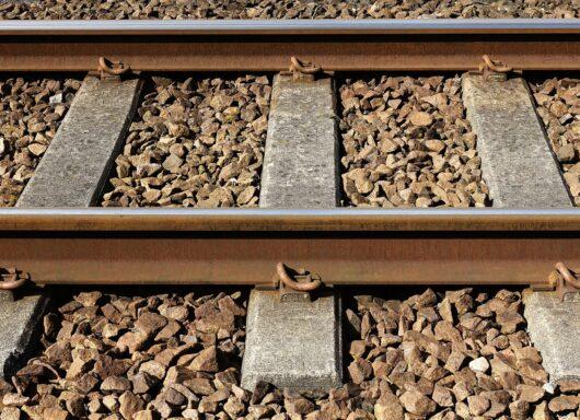 Perché si usa il pietrisco lungo i binari ferroviari?