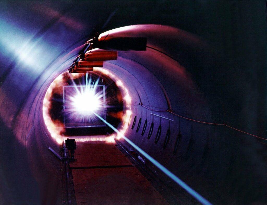 raggio laser in un tunnel ricorda il sistema LIGO zero Kelvin