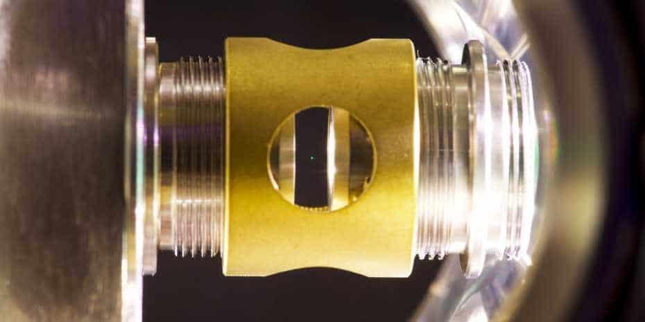 Nanosfera in vetro levita grazie all'utilizzo di due laser.