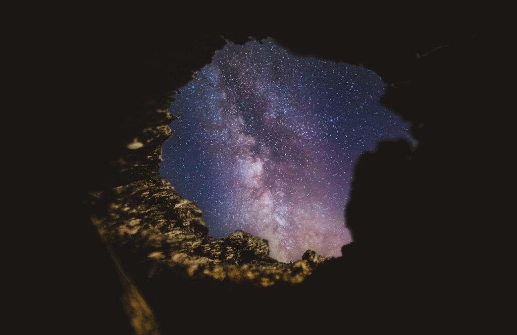 universo osservato dall'interno di una grotta tempo