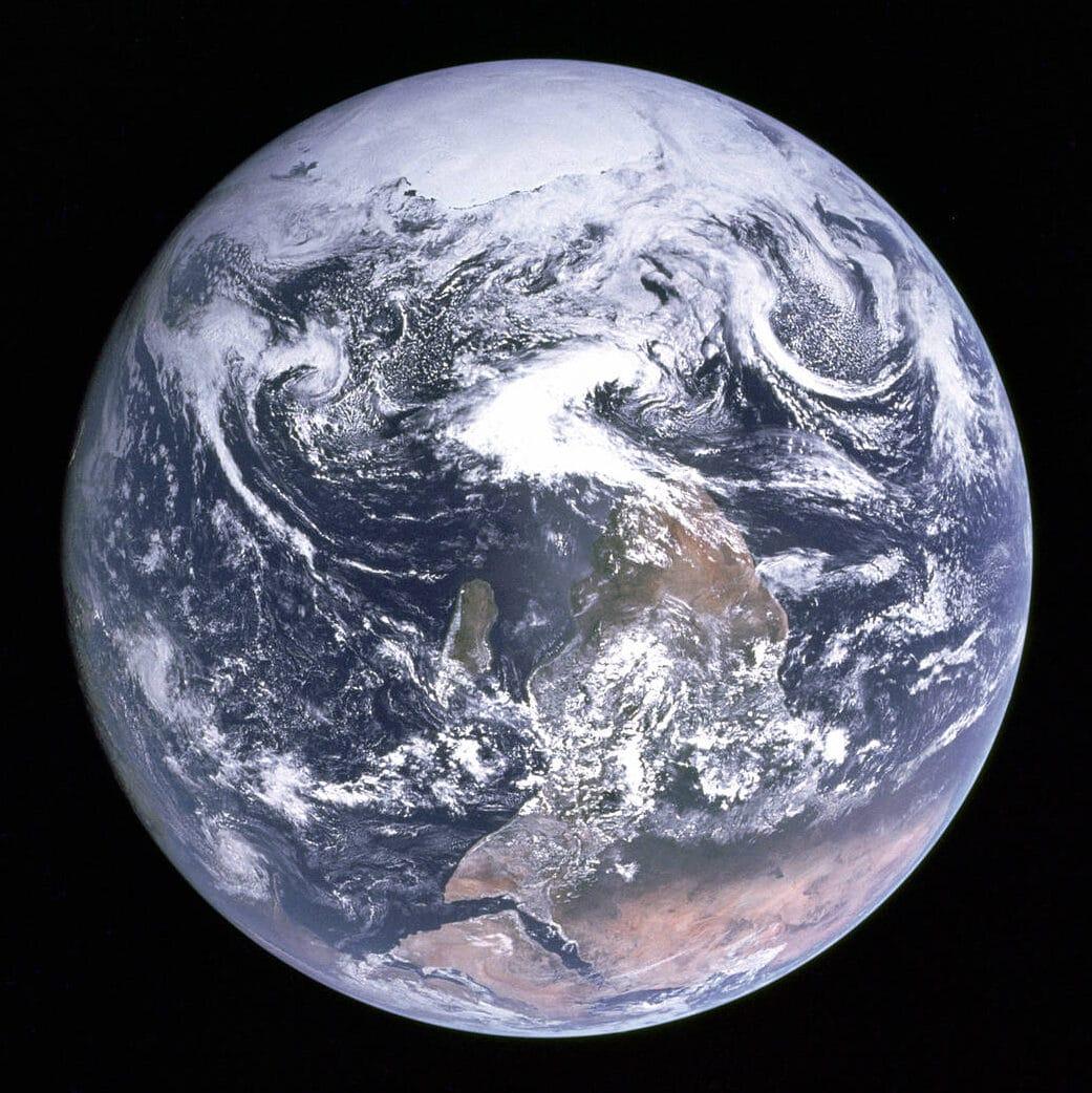 The Blue Marble. Una delle fotografie più belle e iconiche del pianeta Terra, scattata dall'equipaggio della missione Apollo 17, durante il viaggio verso la Luna. La foto del pianeta, ben illuminato dal Sole, ritrae la sfericità della Terra dal mar Mediterraneo sino all'Antartide, sebbene questa sia coperta dalle nuvole. Crediti: NASA.