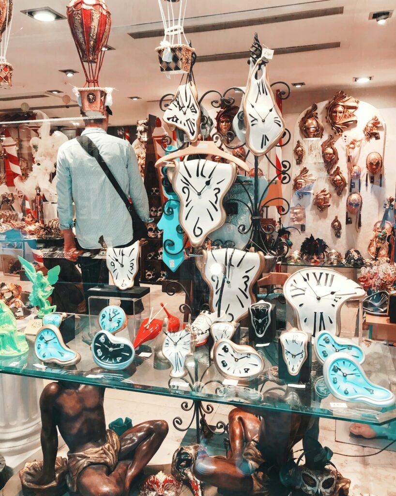 foto di vetrina di un negozio di orologi dal design ispirato alla persistenza della memoria di Salvador Dalì