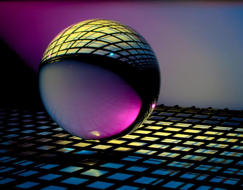 Foto di sfera di vetro che rotola su grata