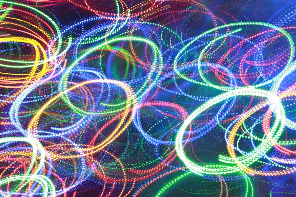 Foto di luci led colorate circolari su sfondo blu