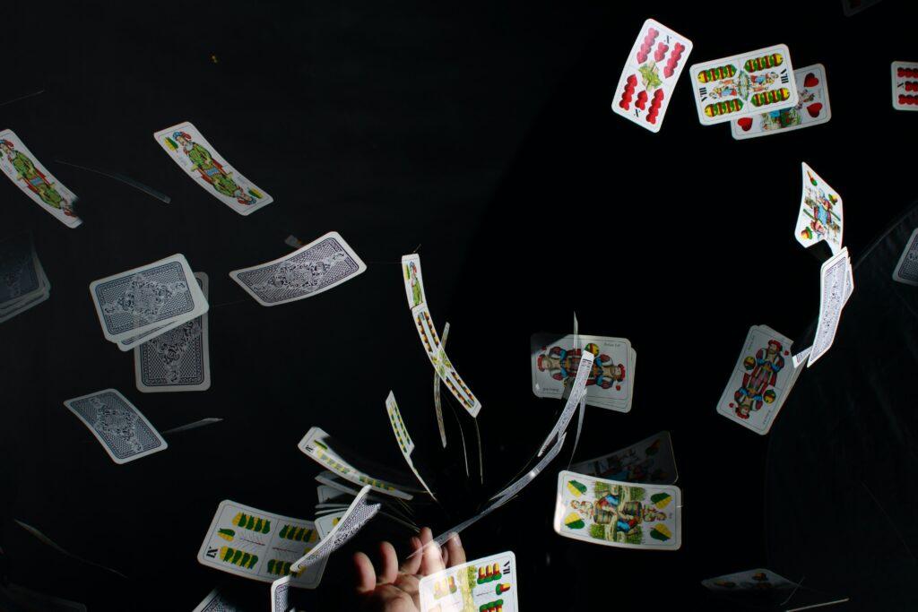 mazzo di carte da gioco lanciate in aria su sfondo nero tempo
