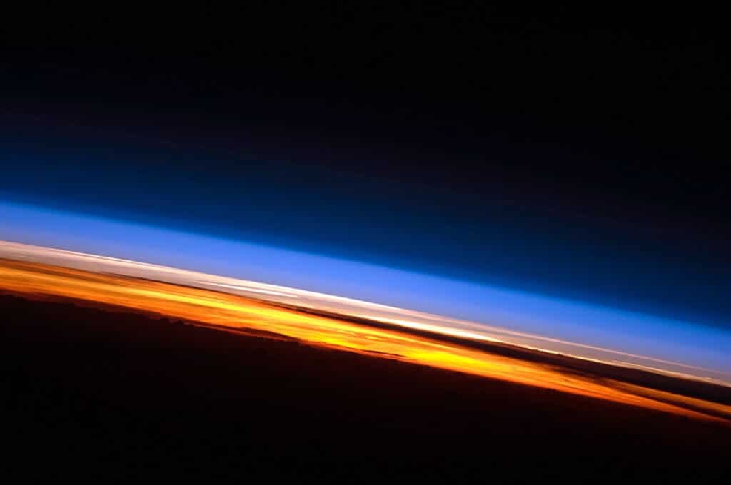 Sfumature dell'atmosfera terrestre durante un tramonto sull'oceano Indiano, foto scattata dalla ISS. Crediti: NASA.