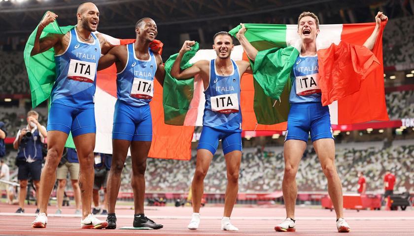 L'esultanza dei 4 corridori italiani dopo l'Oro nella staffetta. Crediti: Getty Images