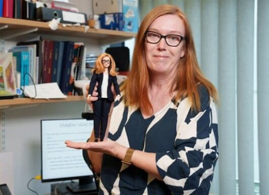 Una Barbie virologa in onore alla co-creatrice del vaccino Astrazeneca!